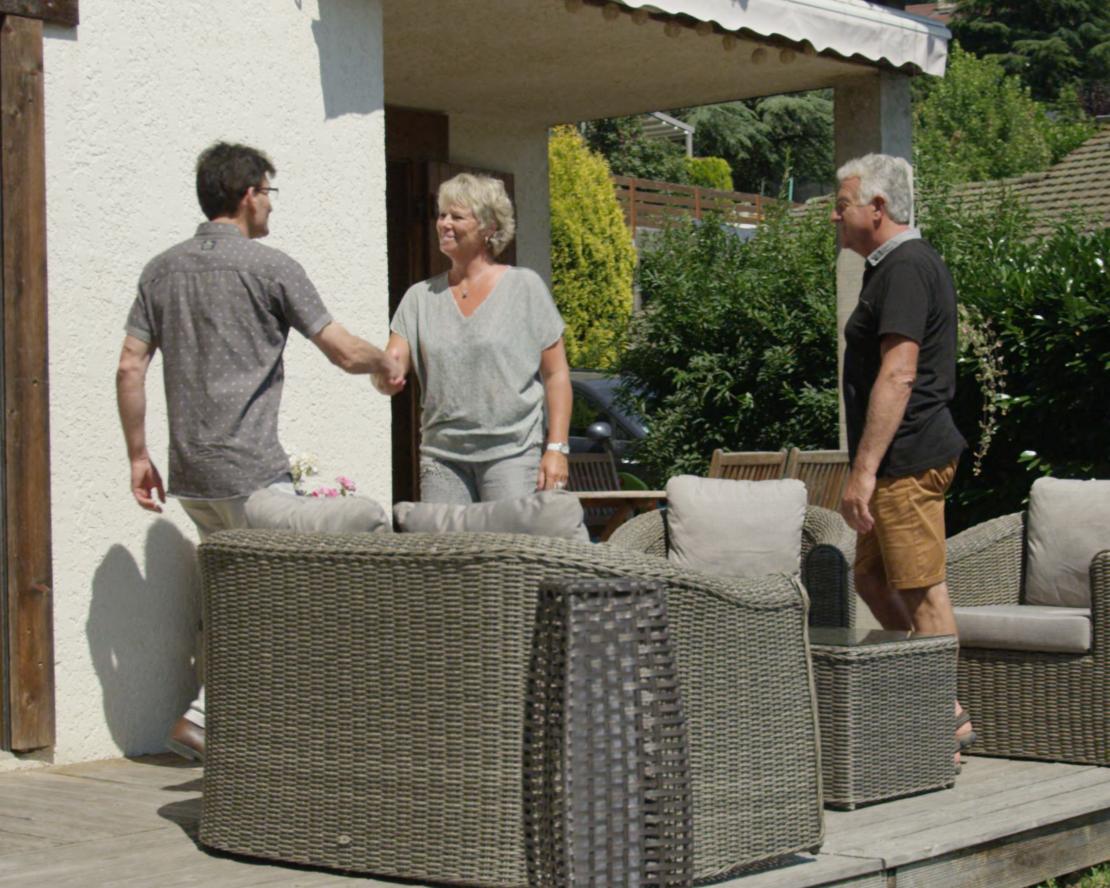 Des clients serrent la main d'un technicien-conseil Vie & Véranda - Franchise Vie & Véranda