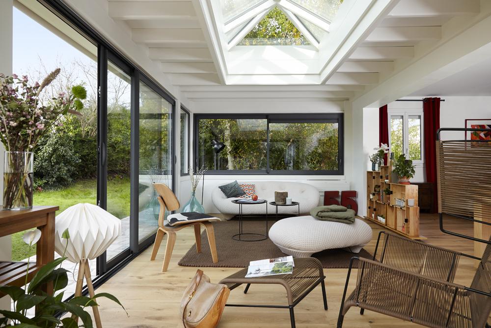 Véranda toit plat bois aménagée en salon