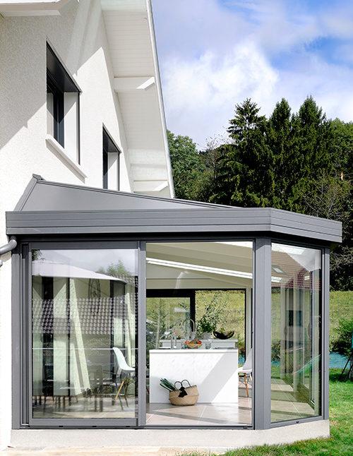 veranda à grandes baies vitrées